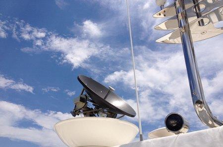 Δορυφορική τηλεόραση και internet σε M/Y Ferretti
